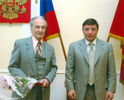Вручение губернатором Хлопониным А.Г диплома  «Заслуженный изобретатель РФ»